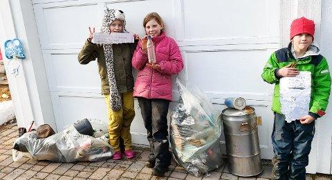 MASSE SØPPEL OG LITT EKSTRA: Ronja (9), Ava (10) og Tristan (8) med resultatet etter ryddeaksjonen.