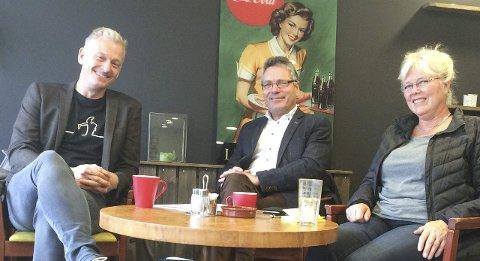 STATUS: Forhandlinger pågår. Her sees Venstres Joakim Karlsen, ordfører Thor Edquist (H) og varaordfører Anne-Kari Holm (Sp). Arkiv.