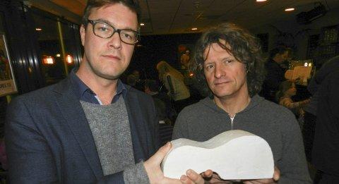 GITARSKULPTUR: Kunstneren Nico Widerberg (t.h.) og Espen Holten i «Ad Hoc-gruppa for gitar skulptur» viser fram modellen av skulpturen slik Widerberg ser den for seg. Arkivbilde.