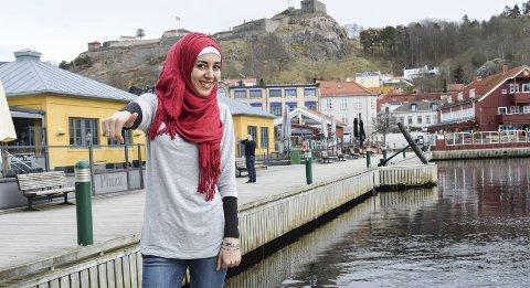 FORNØYD: Alaa Talli fra Homs i Syria er glad for muligheten til å bli bedre i norsk ved hjelp av språkpraksis i HA. Hun skal følge en journalist i HA på jobb tre dager i uka.Foto: Thomas Lilleby