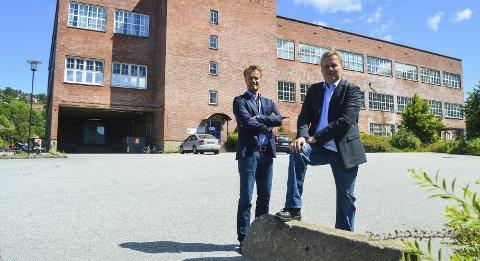 HAR GOD PLASS: Øystein Kjæreng i Norske Skog og administrerende direktør Kjell-Arve Kure på Saugbrugs ønsker å utnytte den enorme eiendomsmassen bedre. I denne bygningen kan det blant annet bli ny videregående skole. De ønsker også både brannstasjon, kanskje svømmehall og annen virksomhet til Saugbrugs. Foto: Thomas Lilleby