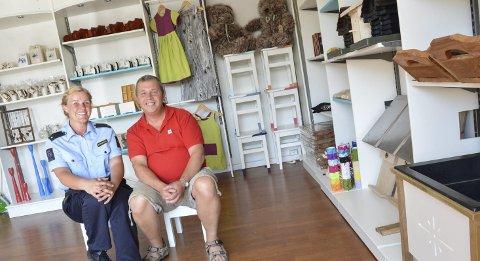 RØVERKJØP: I avdelingen til Halden fengsel lover Bernard Kilde fra Røde Kors og Catherine Wigdal fra fengselet at kundene kan gjøre røverkjøp. – Hos oss satser vi på mer tradisjonell bruktbutikk, sier Kilde.