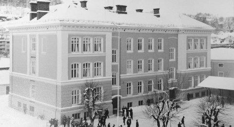 HALDEN GUTTESKOLE: Gutteskolen i 1969. Biblioteket ligger her nå. En av bygningene Tille Andreassen har mange minner fra. Arkivfoto: Steinar Aabø