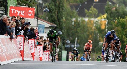 SPURT: Marianne Vos tok spurten, et halvt sykkelhjul foran svenske Emilia Fahlin.