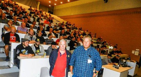 ENGASJEMENT: 200 Nexans-ansatte deltok på medlemsmøtet. I front sees leder Bjørn Larsen i Halden fagforening (tv) og hovedtillitsvalgte Hans-Petter Bærem