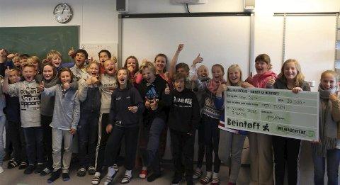 Spreke: Klasse 7 A på Solvang skole i Hamar har gått lengst i en nasjonal konkurranse og vant 30.000 kroner. Begge Foto: Miljøagentene