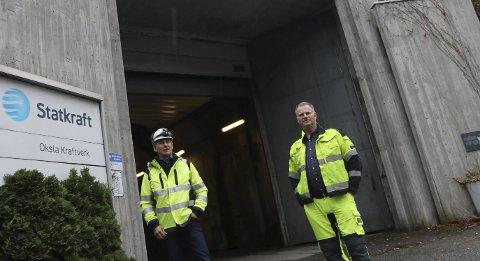 HOLDER STAND: Kraftverksjef Vidar Riber og vedlikeholdsansvarlig Hans Henrik Haukaas kan konstatere at 40 års drift av Oksla er unnagjort.