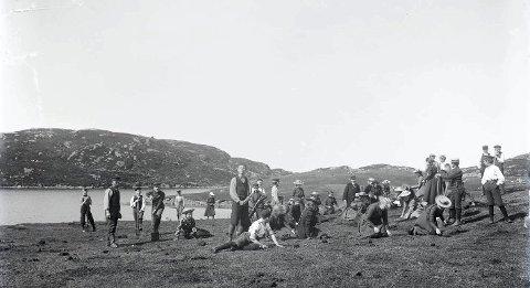 EIVINDSVATNET: Skolebarn og lærere på utflukt ved sørenden av Eivindsvatnet. I bakgrunnen neset som går ut på sørsiden av vannet – der «Lionsløypa» starter i dag. Bildet er sannsynligvis tatt rundt 1900. Kanskje var disse skolebarna noen av de første som plantet skog ved Eivindsvatnet? ALLE FOTO: KARMSUND FOLKEMUSEUM