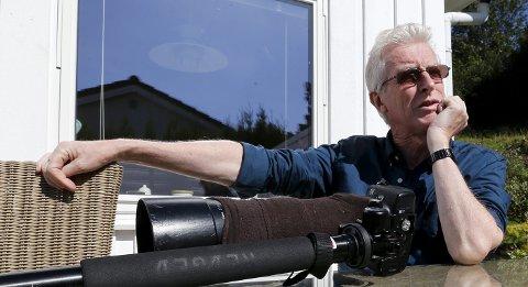 Stort kamera:  Det store kameraet med ettbensstativ blir lagt merke til. Fotografering er en av Roald Ellingsens store hobbyer.