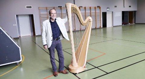 FORVENTNINGER: Trond Wika gleder seg til salen er fylt av unge musikere som skal lære, øve og spille for publiku. I løpet av uka blir det også konserter i Sømna, Vega, Alstahaug og Hemnes, i tillegg til alle konsertene i Vefsn.Foto: Trond Odin Johansen