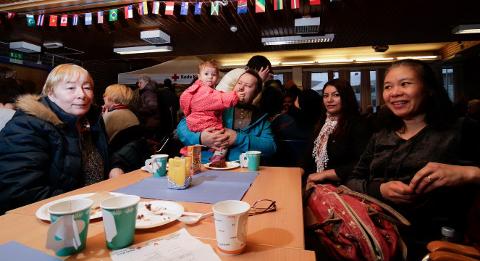 Elsa, Christel og Terje Kristiansen, Maria Dos Sandos og Myrna Johnsen koste seg på Røde Kors' solfest i 2015. Dette er også en del av Barentsdagene.