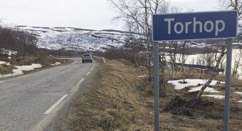 HAR LAPPET: I Torhop-området er det mange steder der mye av Ottadekket fra 1983 er borte. Etter at dette bildet ble tatt 28. mai i år, er de verste hullene lappet.
