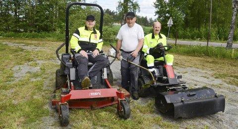 Samarbeid: Hvor mange timer de har med gressklipping gjennom sommeren, holder ikke Stian Bengtson (t.v.), Morten Hammer og Ronny Andersen styr på. Det er resultatet som teller.Foto: Jarle Pedersen