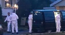 Jobber utover kvelden: Krimteknikere saumfarer eneboligen på Bjørkelangen. Foto: Jon Theodor Hauger-Dalsgard