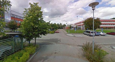 FUNNET: Mandag fikk politiet beskjed om at bilen var hensatt i denne gata i Västerås i Sverige.