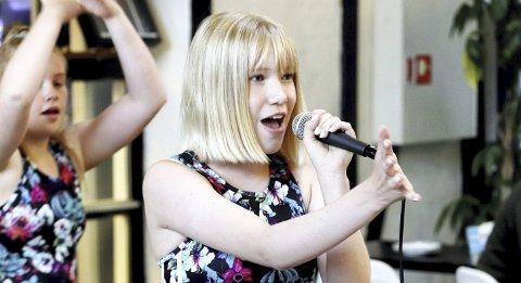 MUSIKALSKE AMBISJONER: Ungdomsskoleelev Hennika Larsen har som mål å leve av musikk. Nå er hun blant de nominerte til årets Drømmestipend. FOTO: PÅL NORDBY