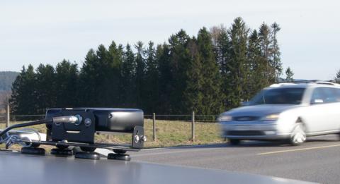 Helt ny teknologi: Kameraet til venstre er utstyrt med teknologi som leser av registreringsnummeret på bilene som passerer. Foto: Statens vegvesen