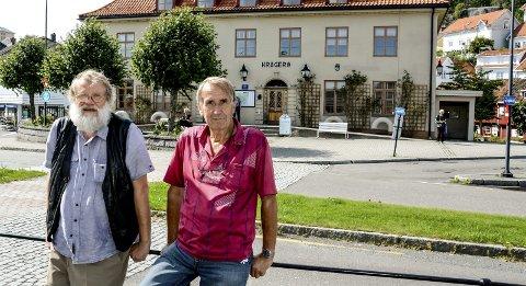 Siste stopp: Bjørn Bremdal og Roy Isnes foran den gamle Jernbanestasjonen, som i 1927 var endestasjon for Sørlandsbanen.