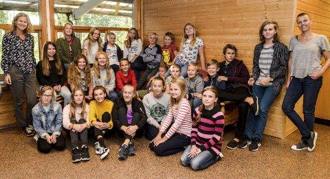 MUSIKAL: Kragerø barneteater med «Rockeulven fra øst». Her de fleste av skuespillerne sammen med Irene Omdal (helt t.v.) og Camilla Skjerven Langlo (helt t.h.).