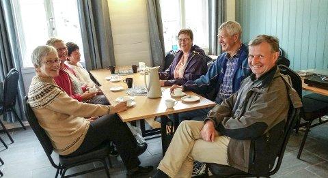 NYOPNING: Opninga på Sjøbuo kafé i Åkra vart ein suksess. Her sit f.v. Else Miljeteig, Gunnlaug Hjelmeland, Gunnbjørg Kinn, Wenche Abrahamsen, Terje Miljeteig og Kjell Kinn. (Foto: Anne-Grethe Berge).