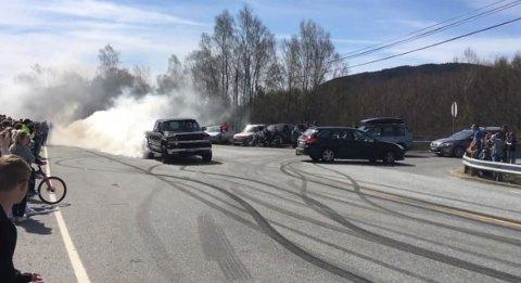 Politiet er ikkje nøgde med at fleire bilar og motorsyklar børna ved Hellandskrysset 1. mai. (Skjermdump frå filmen du finn her på Kvinnheringen.no).