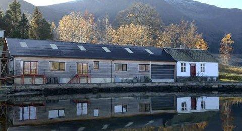 Arkitektur:  Tinghuset (t.h.) og Fruktlageret er nennsamt pussa opp og ligg idyllisk til i Vikjo i Dimmelsvik. Pressefoto