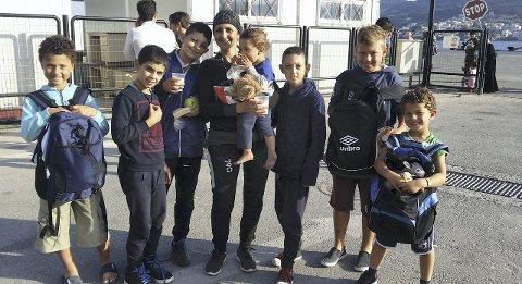 Denne moren var glad og lettet over å være trygt i havn med sine fire sønner. Ni år gamle Alexandro Suero Martinez (t.v.) og brødrene hans, Christopher (11) og Jonathan (5) (t.h.) møtte denne familien på havna, der de delte ut bamser, sko og klær.
