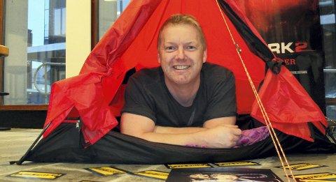 Skrekknatt med teltmuligheter: Under Den store kinodagen i Lofoten, tilbyr markedsansvarlig Atle Jensen overnatting i telt i foajeen ved Svolvær filmteater dersom man blir trett under den lange natta med skrekkfilmer.