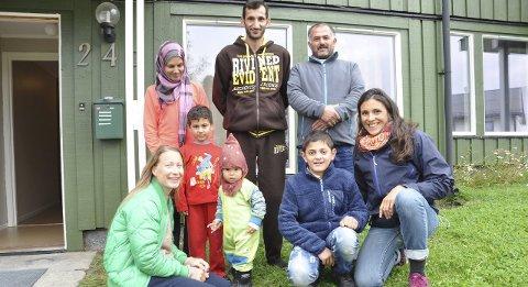 Til Lofoten: Laura Johanen Olsen og Tanja Tamburaci Wegge besøkte to syriske familier torsdag. Her er noen av de som er i de to familiene de besøkte. Begge foto: Bjørnar Larsen