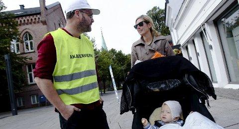 FORSTÅR LEGENE: Caroline Sannerud var blant dem som ble stoppet i gågata, av de streikende legene. Hun hadde full forståelse. – Sykehusene er jo noe av det viktigste vi har, sier hun. Her med sønnen Sivert og øyelege Espen Solberg.