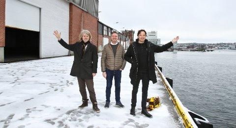 Inne i Sjølageret blir det festival, ute blir det servering og til høyre kan båten komme inn. Tony Fjærgård (til høyre) og Morten Didriksen (til venstre) fra Festivalen Sin og André Sørling fra Höegh Eiendom tar i bruk nye områder på Verket.