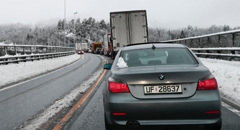 KØER: Store mengder med snø på Sør- og Østlandet gjorde kjøreforholdene vanskelige tirsdag denne uka. På motorveibrua E18 ved Langangen var det lange køer.