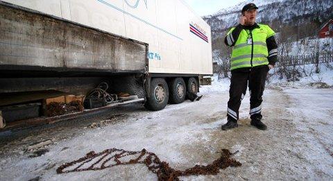 VARIABELT: Det er ikke alltid greit å vite hva du har i vente ned Skibotndalen, eller motsatt vei, over grensa til Finland. I fremtiden kan bilistene få oppdatert fartsgrense etter forholdene. Bildet er fra en rutinekontroll i Skibotn.