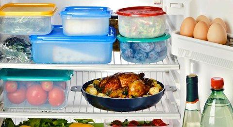 MATHELSE: Hvordan oppbevarer du mat i kjøleskapet? I plastbokser, glass eller innpakket i folie? Matportalen har lagd en oversikt over hvilken type emballasje som bør brukes til hva. Foto: Colourbox