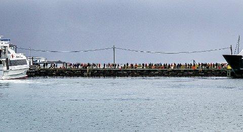Sjekk den lange rekken med folk ute på moloen i Tromsø. Foto: Torgrim Rath Olsen