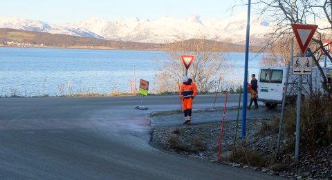 SETTET OPP SKILT: Her setter Peab opp skilt om at Kvaløyvegen er åpen for kjøring til eiendommen. For annen trafikk er det omkjøring.
