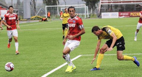 Adem Güven er nummer to på toppscorerlista i 1. divisjon med 13 mål - her i kamp med Raufoss' Edvard Race.