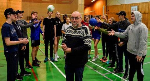 SOSIAL SAMSPILL: Rektor ved Søndre Land ungdomskole, Knut Solhaug, mener elevene mister kunnskaper og ferdigheter som elevene tilegner seg i sosiale samspill på skolen. Han får støtte fra flere rektorer i distriktet.