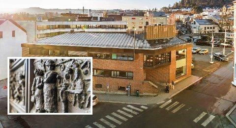 KUNSTDØRER: Ingangsdørene til Norges Bank på Gjøvik fra 1931. Bronserelieffer av Ørnulf Bast. Nå selges bygget.