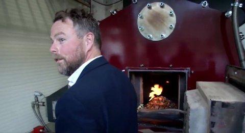 TENT: Arbeids- og inkluderingsminister Torbjørn Røe Isaksen tente den første flammen i biokullanlegget. Her fra Green Houses direktesending av tenningen.