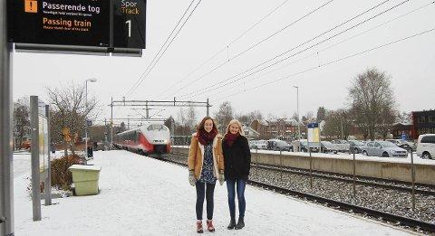 Gode reisevaner: Ina Libak og Sara Aurora Frantzen Nestegard følger opp valgkampløftet om å gi ungdom i Akershus billigere månedskort. foto: Solveig wessel