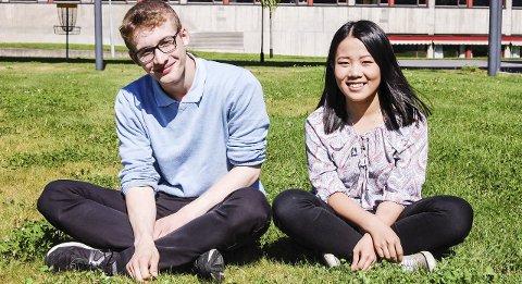God eksamen: – Det har vært mye jobbing, sier Gunnar Lange og Zixuan Liu som gjorde det svært godt på eksamen ved IB på Ås videregående skole. foto: Solveig wessel