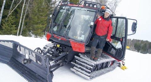 ER KLAR: Så fort snøen kommer, er løypebas i Sørmarka, Terje Martinsen, klar med løypemaskinen. Her fra tampen av den formidable fjorårssesongen.