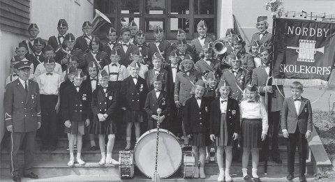 GOD ÅRGANG: Nordby skolekorps med dirigent Rolf Olsen i 1964 i forbindelse med et stevne i Drøbak.