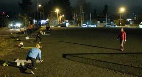 AVSTAND: Treningsentusiastene holder god avstand til hverandre, det sørger både de selv og Kristin Granum Rosebø for.