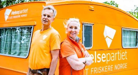 HELSE SOM KAMPSAK: Erik Hexegerg og Lise Askvik fra Helsepartiet på stand i Ås sentrum.