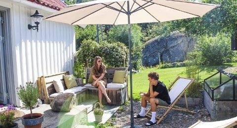 Celina og Simon nyter deilige sommerdager i hagen.