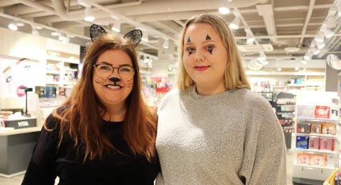 HALLO OG TAKK: Daglig leder Nina-Jeanette Sandøy Pettersen og praksiselev Emma Wold er glade for at Vita-butikken skal fortsette driften som en del av Alti Brotorvet. Damene har kledd seg i Halloween-antrekk og sminke, og det passer fint å ha det gøy på en dag de har fått vite at butikken og arbeidsplassene deres på Brotorvet er reddet.