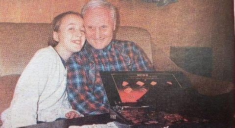 BESTE SOM FINNES: Kathrine gir morfar Tor Lekven en god klem. – Han stiller alltid opp for meg. Ingen fortjener julekonfekt med enn ham, sier hun.