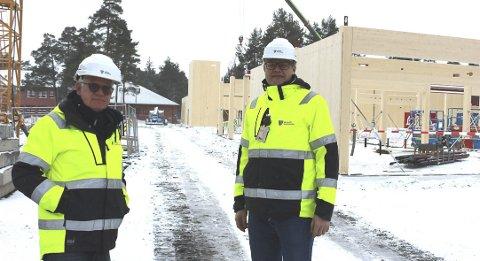 SKOLEBYGG: Prosjektleder Rolf Dehli og prosjektkoordinator Høgne Skøld i Bamble kommune ser på det nye skolebygget som reiser seg på Grasmyr. Skolen blir både et skoleanlegg og en kulturarena.